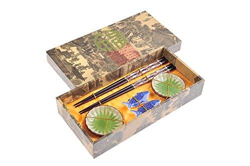 Quantum Abacus Edles Eßstäbchen-Set Fisch aus geschnitzem Holz Stäbchenhalter Keramik-Schälchen in Geschenkschachtel Paar Stäbchen 2 Halter 2 Schälchen Mod CBS-S2-G-H05 DE